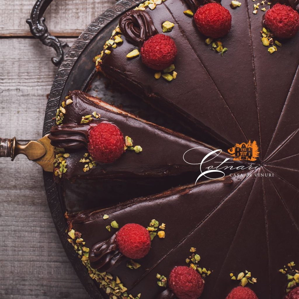 tort-de-ciocolata-cu-zmeura-si-martipan
