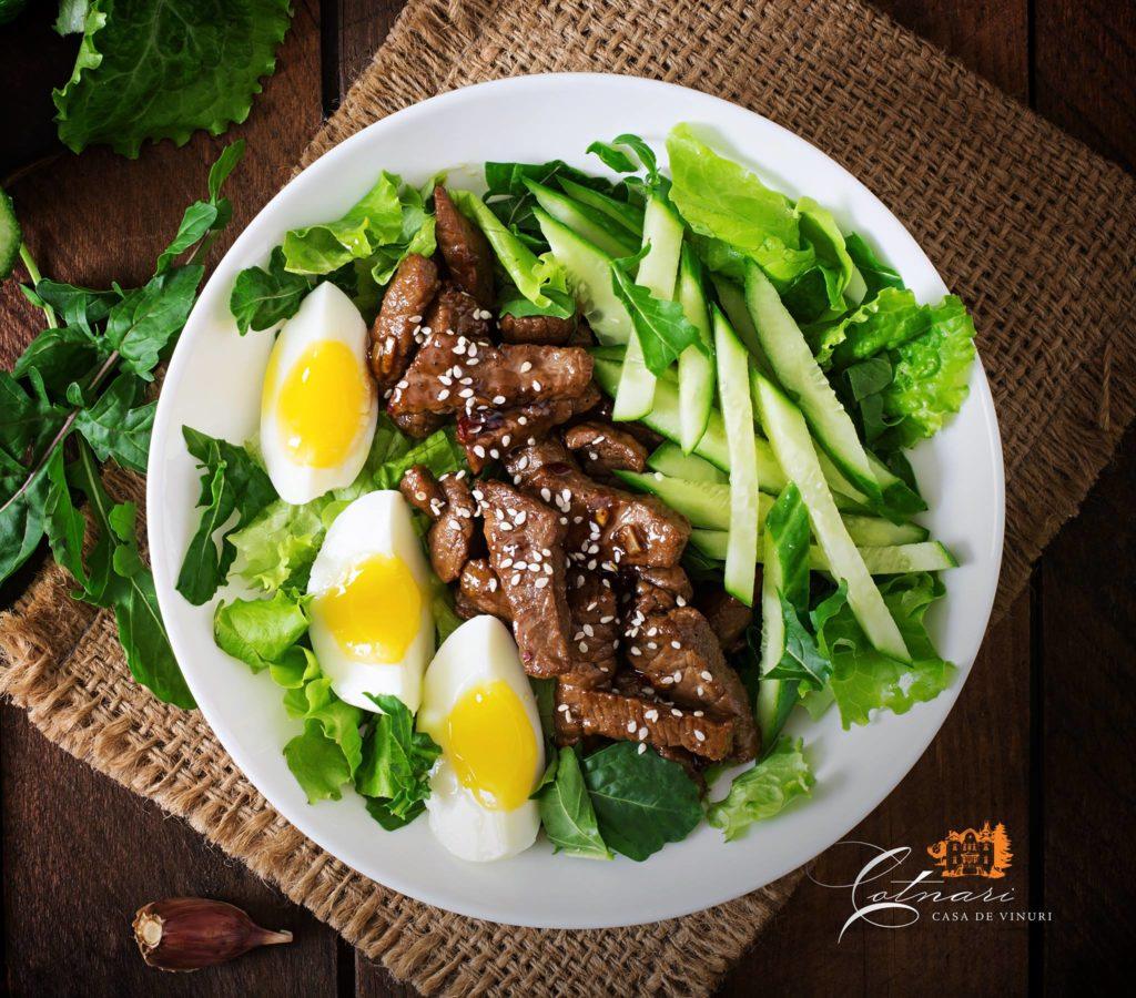 vita-cu-salata-de-castraveti-si-ou-stil-asiatic