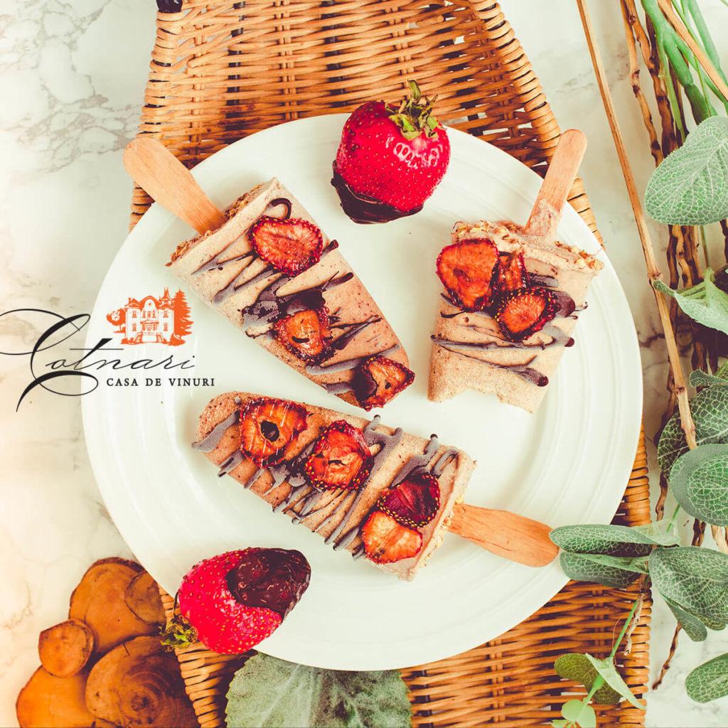 inghetata-facuta-in-casa-din-capsuni-si-topping-ciocolata