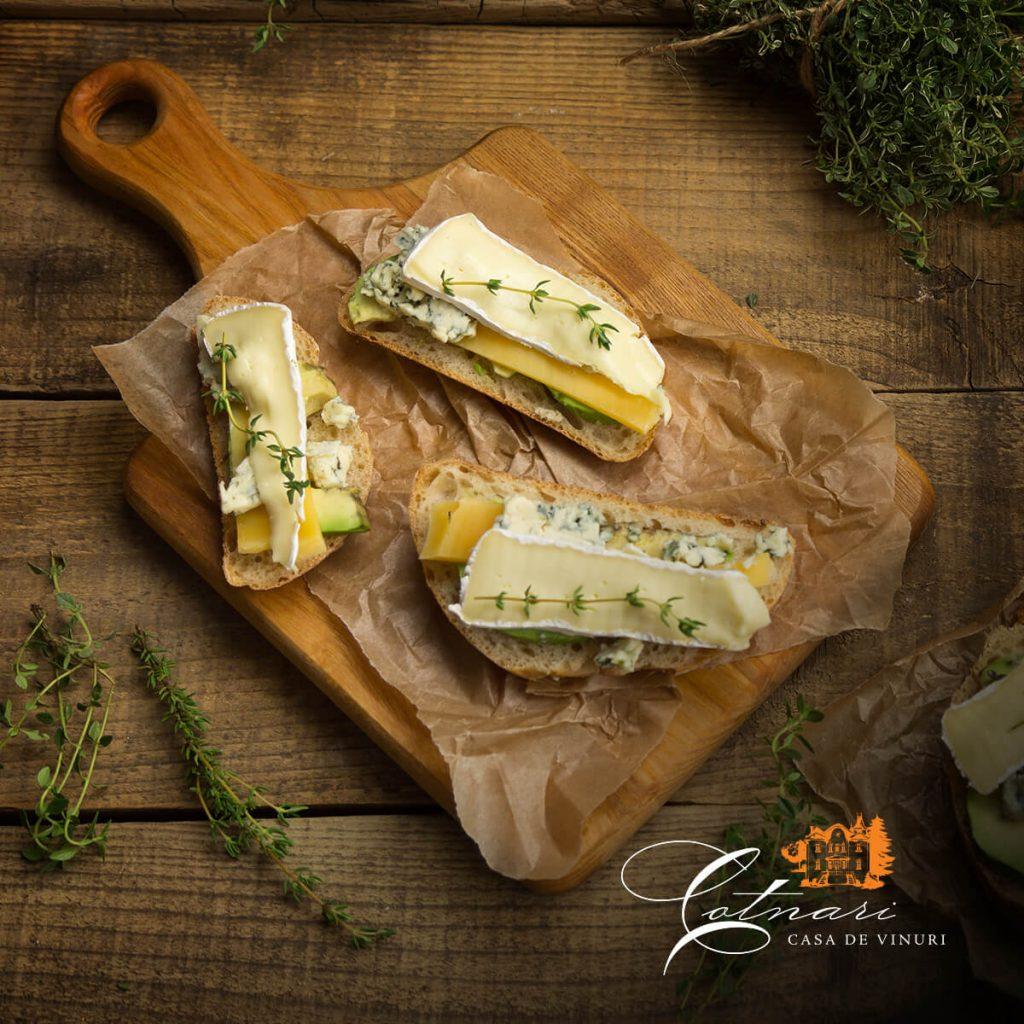 sandwich-cu-avocado-branzeturi-ierburi
